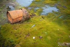 Barils rouillés sur le rivage Photos libres de droits