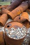 Barils rouillés sur le rivage Image stock