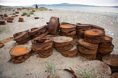 Barils rouillés sur le rivage Image libre de droits