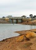 BARINGHUP, VICTORIA, AUSTRALIA - ottobre 2015: Canale di scarico dello stoccaggio primario di Curran Reservoir del cairn Immagine Stock