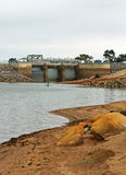 BARINGHUP, VICTORIA, AUSTRALIEN - Oktober 2015: Steinhaufen Curran Reservoirs Hauptspeicherabflusskanal Stockbild