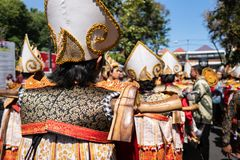 Baris Gede tancerze uszeregowywają narządzanie dla przedstawienia przy ceremonią otwarcią Bali sztuk festiwal Pesta Kesenian Bali zdjęcia stock