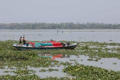 Barisal, Бангладеш, 28-ое февраля 2017: Корабль на реке в Бангладеше Стоковое Изображение RF
