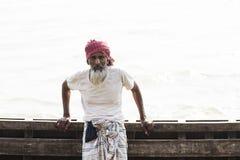 Barisal, Бангладеш, 27-ое февраля 2017: Старший человек представляя на пристани Стоковое Изображение RF
