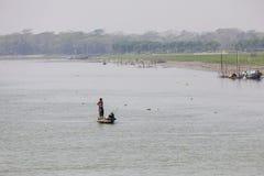 Barisal, Бангладеш, 27-ое февраля 2017: Тропический ландшафт реки стоковые фотографии rf