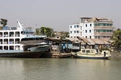 Barisal, Bangladesh, 27 Februari 2017: Barisalterminal met een veerboot Royalty-vrije Stock Foto's