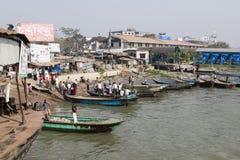 Barisal, Bangladesh, il 27 febbraio 2017: Piccole barche di legno che serviscono da taxi dell'acqua fotografie stock