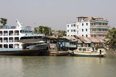 Barisal, Bangladesh, il 27 febbraio 2017: Terminale di Barisal con un traghetto fotografie stock libere da diritti