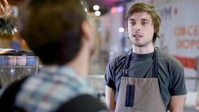 barist和客户的特写镜头谈话在咖啡馆,客户服务,友好的谈话 股票视频