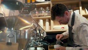 Barista做与咖啡机的牛奶热奶咖啡在商店或咖啡厅 影视素材