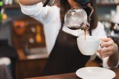 Barista准备咖啡弯管生产顺序概念 库存图片