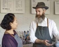 Barista准备咖啡生产顺序概念 免版税库存照片