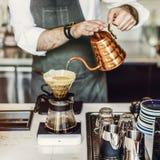 Barista准备咖啡生产顺序概念 免版税库存图片