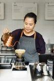 Barista准备咖啡生产顺序 免版税库存图片