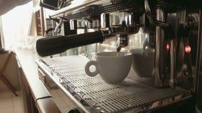 Barista准备在咖啡机器的浓咖啡 影视素材