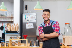 Barista咖啡店所有者英俊的人愉快的微笑坐酒吧 图库摄影