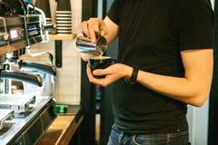 Barista在咖啡馆的咖啡机器旁边倒咖啡 作为覆盖客户友好帮助有用的爱服务微笑对非常您的美丽的女实业家的天使 服务 库存照片