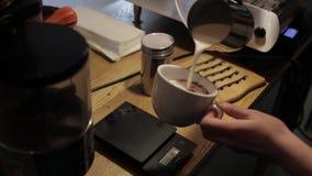 Barista在服务前倒在杯的完成的热奶咖啡 股票录像
