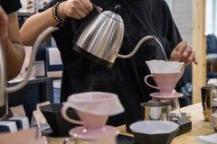 Barista在purover的酿造咖啡 库存图片
