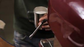 Barista完成咖啡的通入蒸汽的牛奶并且清洗蒸汽胳膊  关闭 股票录像
