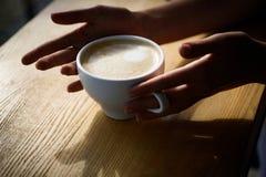 Barista提出americano或浓咖啡咖啡杯 新鲜的早晨咖啡用牛奶和奶油生泡沫 好开始  库存图片