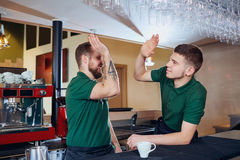 barista男服务员队是侍者在酒吧餐馆咖啡馆 免版税库存照片