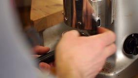 barista研的咖啡特写镜头  人侍酒者在工作场所 股票录像