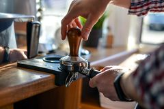 Barista磨咖啡器和五谷 免版税库存图片
