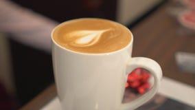 Barista采取信用卡 与心脏的咖啡在杯子 特写镜头 免版税库存图片