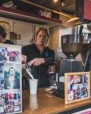 Barista делая кофе на рынке Портленда субботы стоковое фото