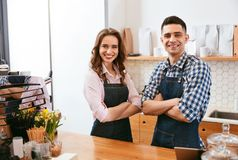 Barista και σερβιτόρα που λειτουργούν στον καφέ στοκ φωτογραφία με δικαίωμα ελεύθερης χρήσης