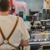 Barista, που λειτουργεί στο φραγμό Κατασκευή του καφέ στη μηχανή καφέ espresso φρέσκο Πολιτισμός και επαγγελματίας καφέ Στοκ Εικόνες