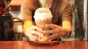 Barista που εξυπηρετεί το πλαστικό γυαλί παγωμένου Cappuccino απόθεμα βίντεο