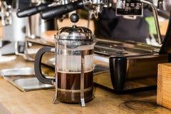 Barista που κατασκευάζει το μη παραδοσιακό καφέ στα γαλλικά να πιέσει στοκ εικόνα