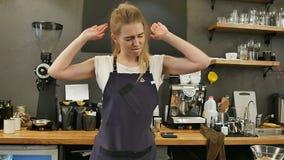 Barista που χορεύει και που γελά στην εργασία σε έναν καφέ φιλμ μικρού μήκους