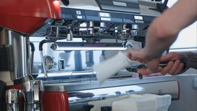 Barista χρησιμοποιώντας τη μηχανή καφέ που προετοιμάζει το φρέσκο καφέ Στοκ φωτογραφία με δικαίωμα ελεύθερης χρήσης