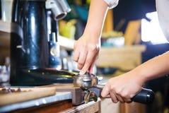 Barista делает эспрессо кофе снятое путем течь машина в баре столовой кофе Стоковая Фотография
