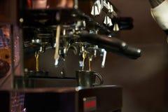 Barista делая кофе на встречном баре, конце-вверх стоковые изображения rf