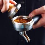 Barista делая кофе эспрессо Стоковое Изображение