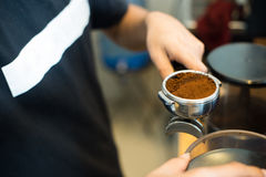 barista держа порошок кофе Стоковая Фотография RF