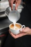 Barista делая ваш кофе Стоковое Изображение