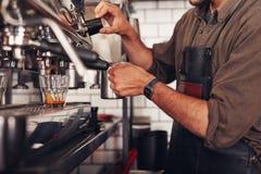 Barista делая кофе используя кофеварку Стоковое фото RF