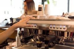 Barista делая свежее эспрессо сняло от машины кофе с cust стоковое изображение rf