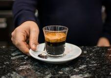 Barista и детали бармена в кафе стоковое изображение rf