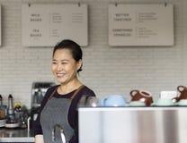 Barista подготавливает концепцию рабочийа наряд кофе стоковое фото rf