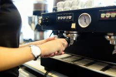 Barista подготавливая кофе с машиной кофе Стоковая Фотография RF