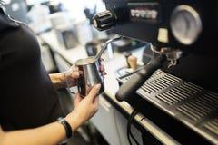 Barista подготавливая кофе с машиной кофе Стоковое Фото