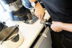 Barista подготавливая кофе с машиной кофе Стоковые Изображения