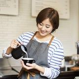 Barista подготавливает концепцию рабочийа наряд кофе стоковое изображение