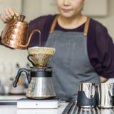 Barista подготавливает концепцию рабочийа наряд кофе стоковая фотография